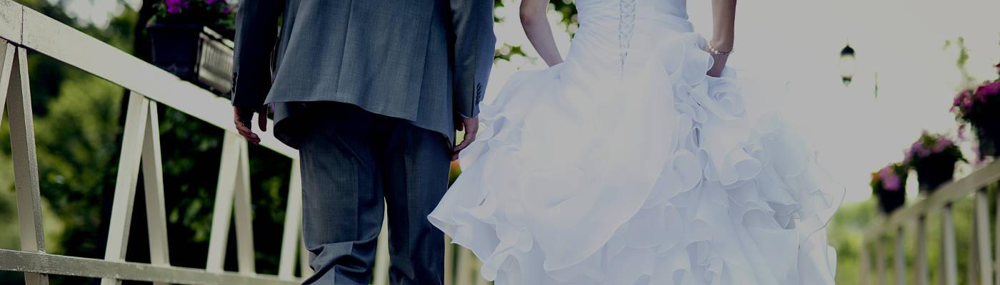 Coppia di sposi che cammina all'aperto