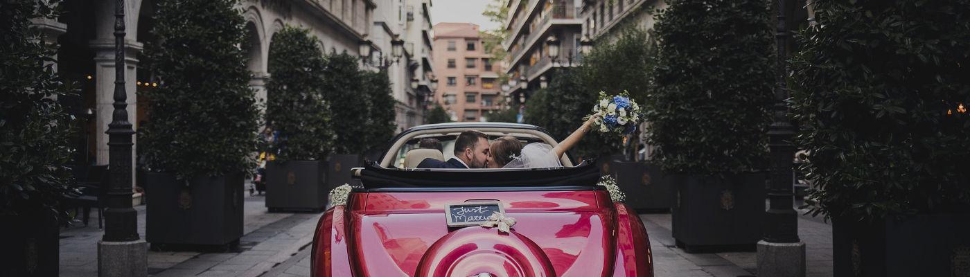 Matrimonio: macchina rossa con sposi