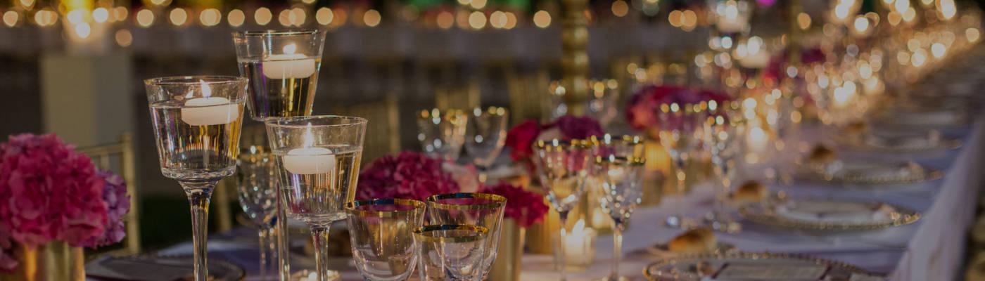 Dettagli di un tavola allestita per il ricevimento di un matrimonio